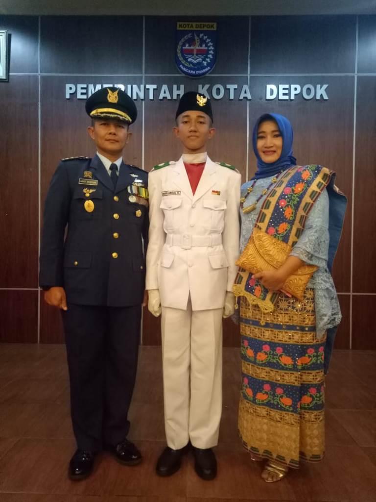 iman abdul syukur menjadi pengibar bendera di walikota depok